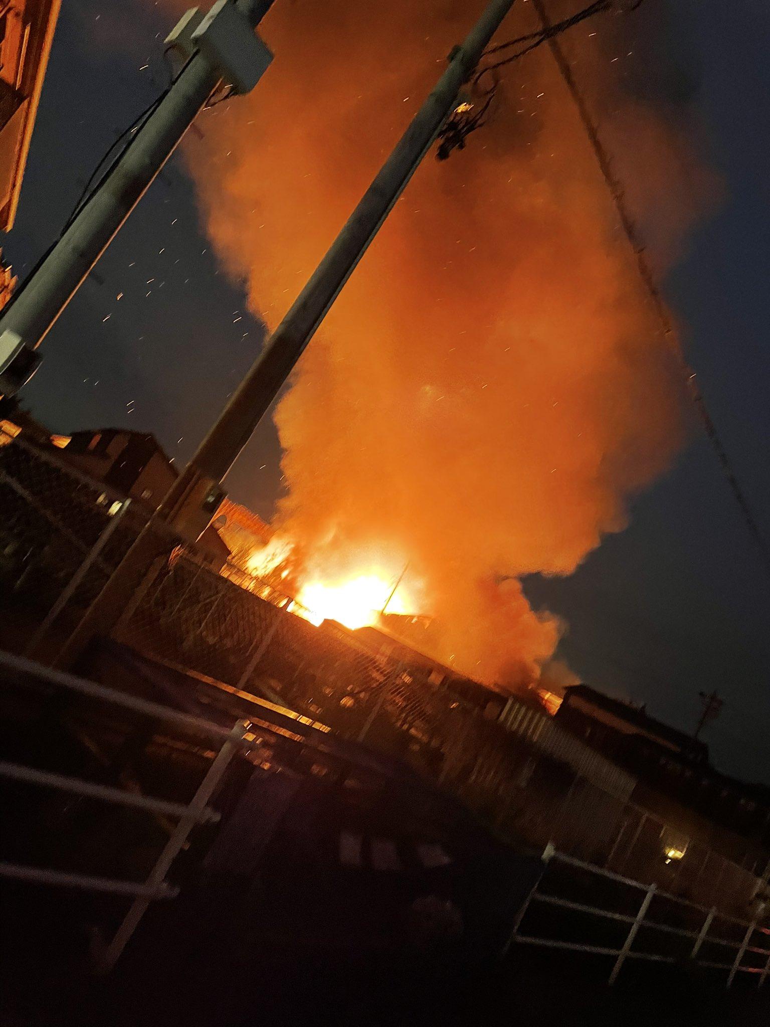 半田市中島町で火事が起きている現場の画像
