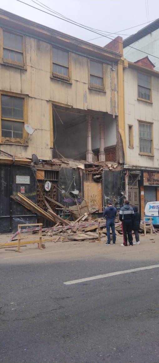 RT @naxocap #Ahora Fachada del Bar Ingles en Calle Blanco en Valparaíso máxima precaución! @sitiodelsuceso @reddeemergencia