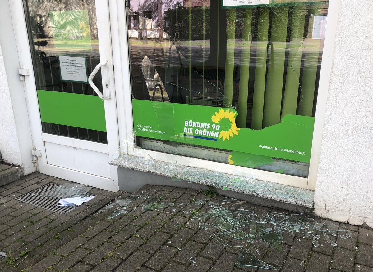 So sieht es dann aus, wenn die Fake-News-Welle der letzten Wochen den digitalen Raum verlässt und ganz konkret wird. Hier ein eingeschlagenes Fenster meines Wahlkreisbüros in Magdeburg-Salbke. https://t.co/XHYpO21wfg