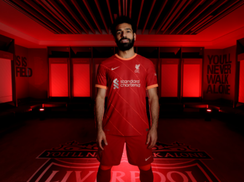 Jersey Home Liverpool 2021-2022 dengan model Mohamed Salah