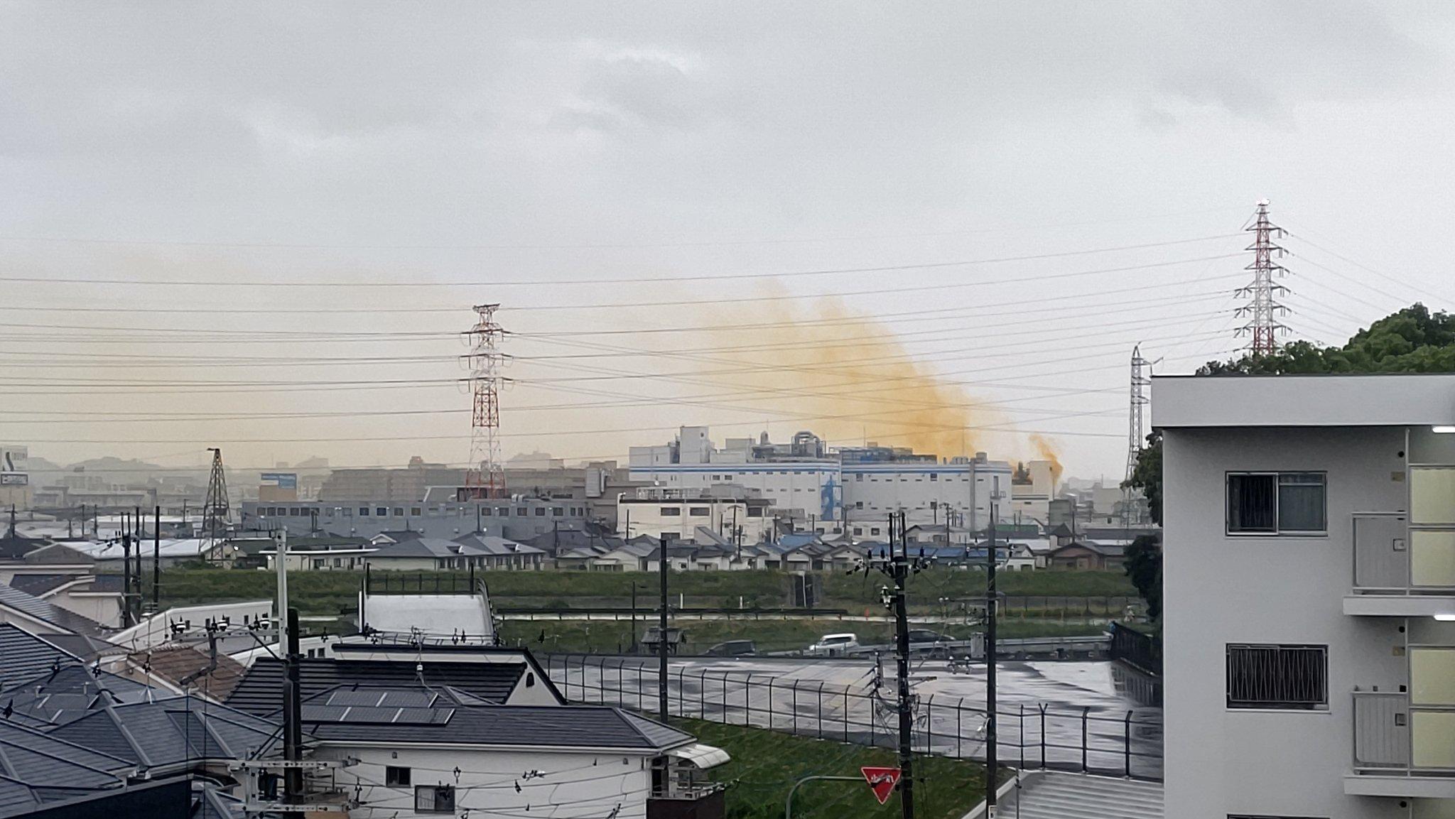 豊中市の火事で黄色い煙が立ち上っている画像