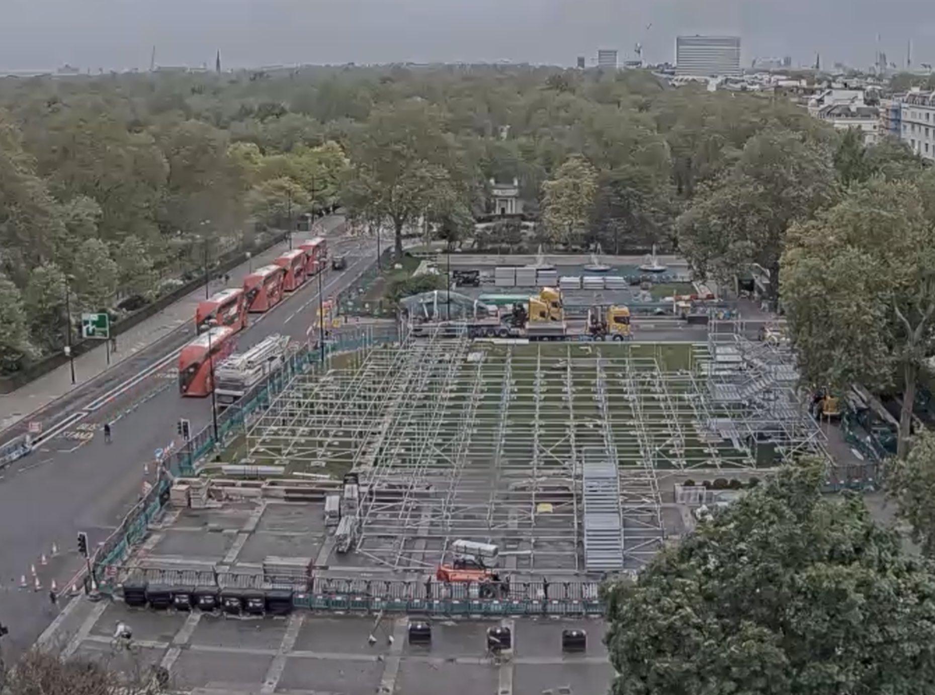 E12dRJJXsAE ye7?format=jpg&name=large - A hill grows in London #1