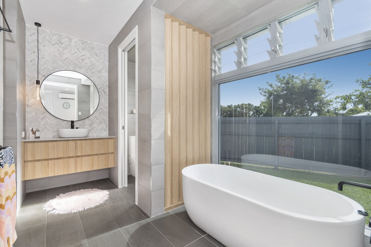Friday night calls for a glass of bubbly in a bubble bath 😜🥂 beautiful bathroom in this Rosslea home, photographed by Top Snap Townsville. . #topsnap #photography #realestate #realestatephotography #marketing #friday #weekend #bathroom #bathtub #rosslea #townsville #qld https://t.co/Lf2un7eakF