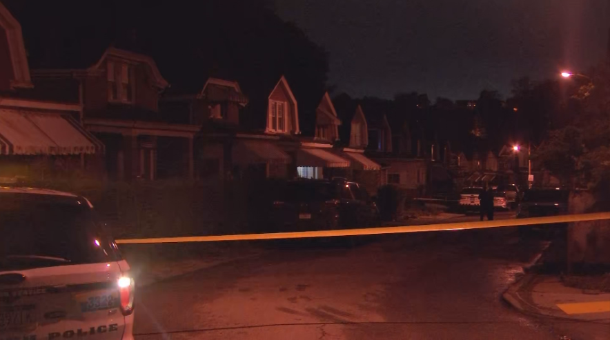 BREAKING: a man was hurt after a shooting in the Knoxville neighborhood of Pittsburgh. Police have part of Mathews Ave blocked off for their investigation. I'm LIVE on the @WPXI Breaking News Desk from 4:30-7 AM getting updates from police. https://t.co/hacwLfcJm8