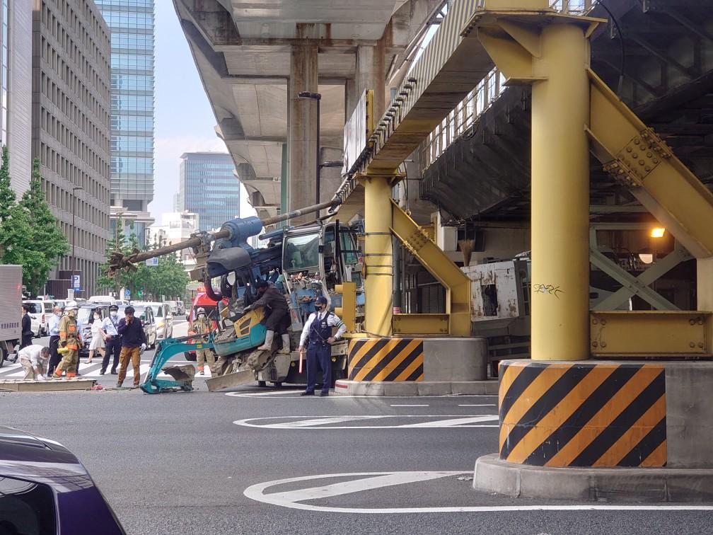 JR東京駅付近の高架下で事故が発生した画像