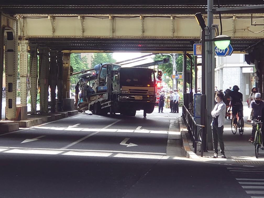 JR東京駅付近の高架で重機が引っ掛かった画像
