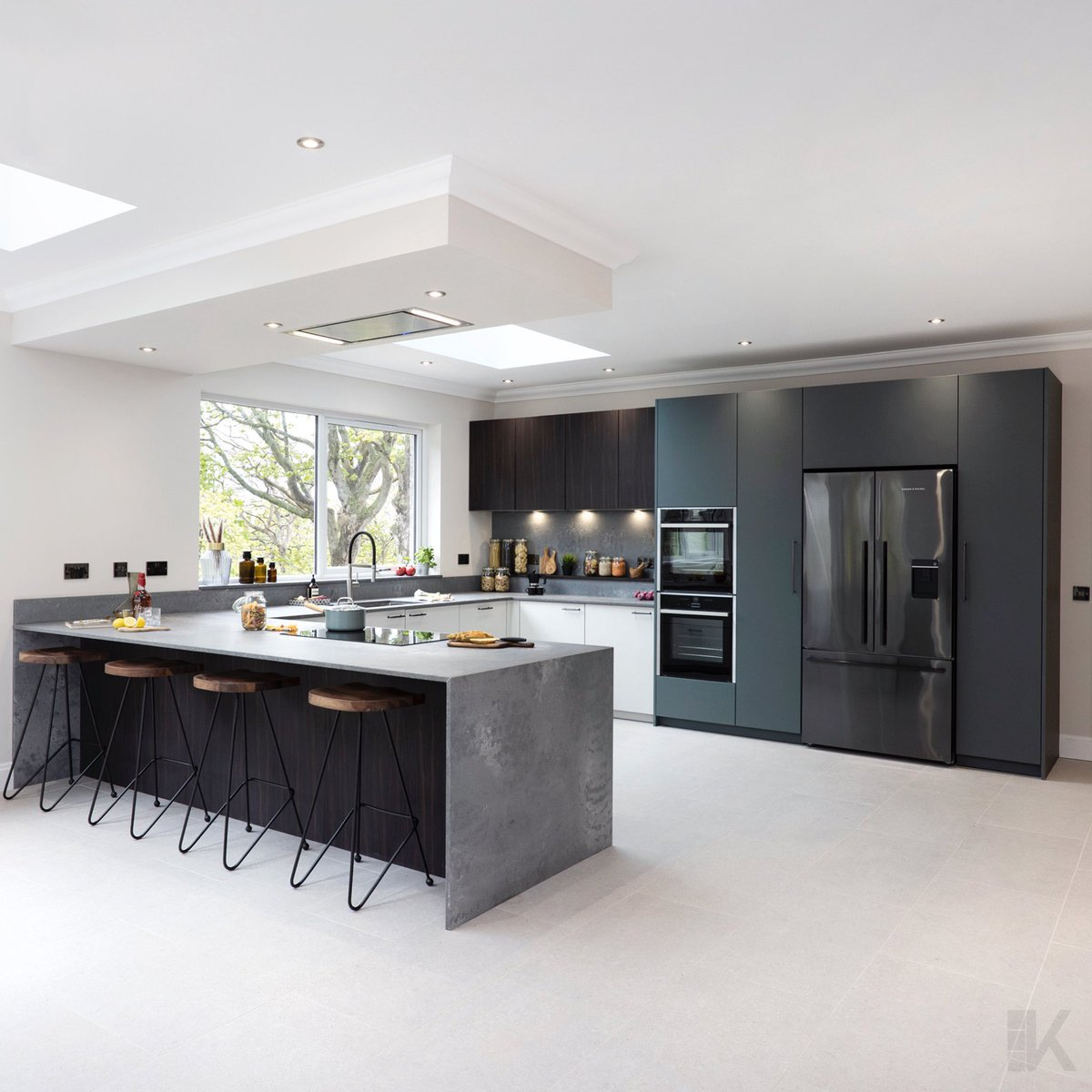 Another completed kitchen with a great mix of materials and tones. An impressive family room with ample space for even the most avid home cooks. ⠀⠀⠀⠀⠀⠀⠀⠀ 🟦🟦⬜️ 📸 scott clark photography uk #KBNM #Störmer #Edinburgh #Caesarstone #Neff #interiors #Scottishhomes