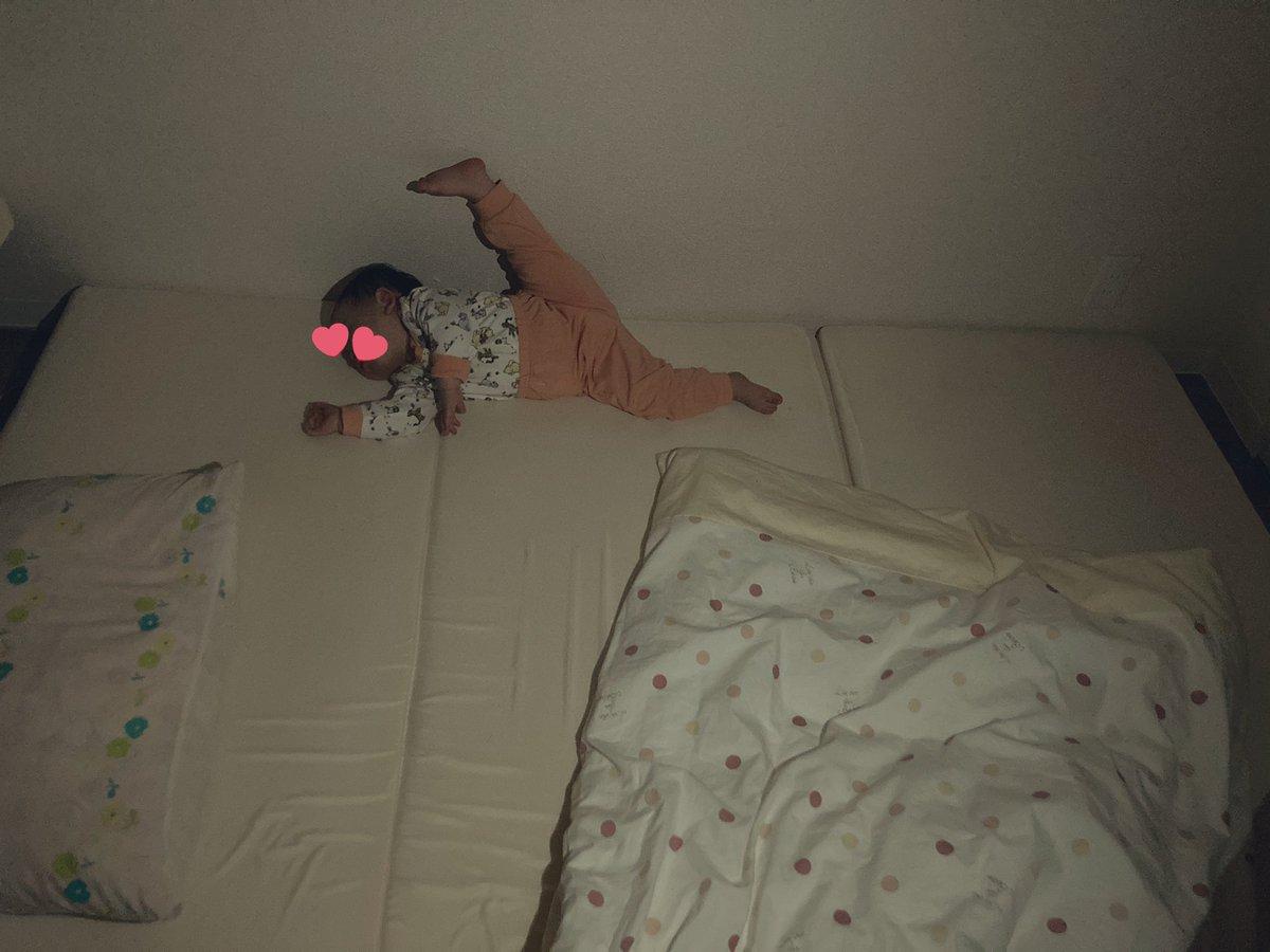 寝相がすごすぎるw高々とかかげた足!体が柔らかすぎる赤ちゃん