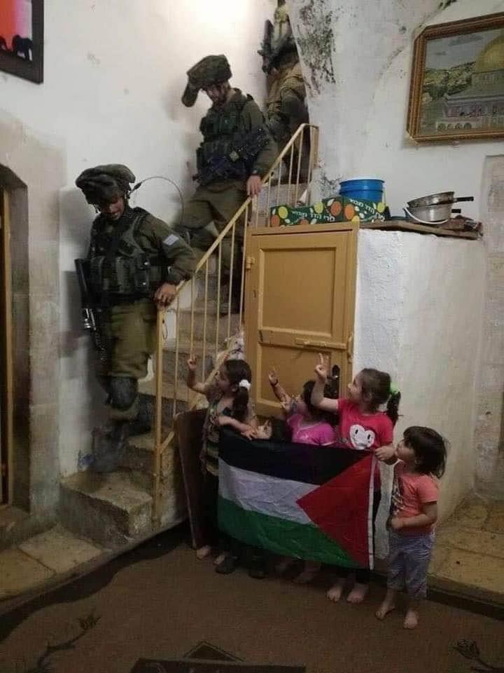 Look at the courage of these Palestinian Kids. More confident n brave than army of many Islamic Countries . 🤔 https://t.co/2kO2ZKOXKP