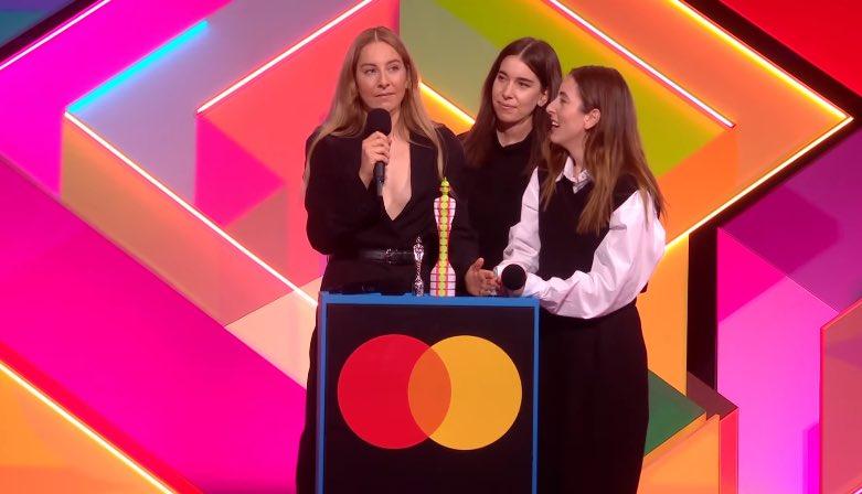 Trio Haim recebe prêmio de Melhor Grupo Internacional (Reprodução/Internet)