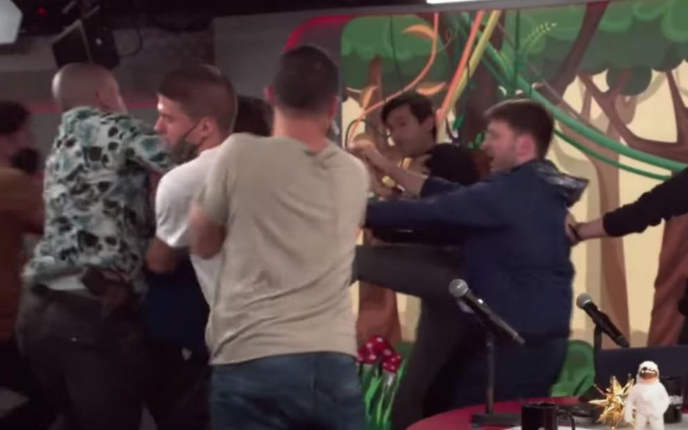 Briga no Pânico teve arma no estúdio e clima de tensão nos bastidores > https://t.co/lGXlCUzqul https://t.co/kjE0KLOfbB