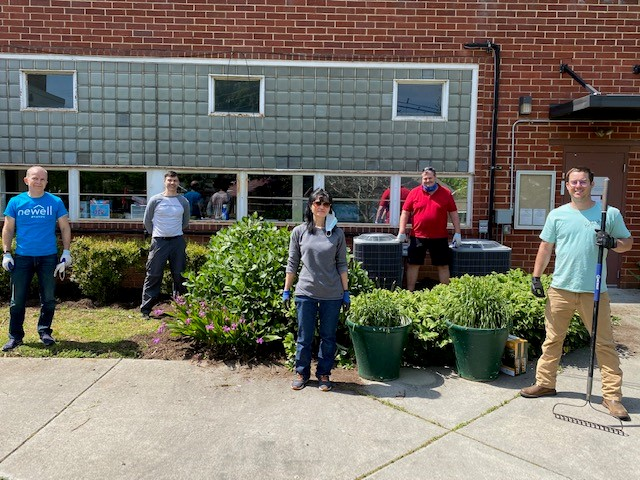 Our Huntersville, NC team had a great time celebrating Earth Day last month by helping local non-profit, the @AdaJenkinsNC, update their landscaping. 🍃   #EarthDay #volunteering #lifeatNWL https://t.co/EQ0Dn49UG9