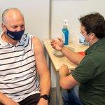 """@BARENDRECHTzh - De heer Jonkers uit Barendrecht kreeg vanmorgen als eerste een prik tegen het coronavirus in Sporthal De Bongerd. Burgemeester Jan van Belzen is blij dat de GGD nu ook vaccineert op deze locatie: """"Fijn dat inwoners vanaf nu nog dichterbij huis terecht kunnen voor een vaccinatie."""" https://t.co/08zlgwAb5E"""