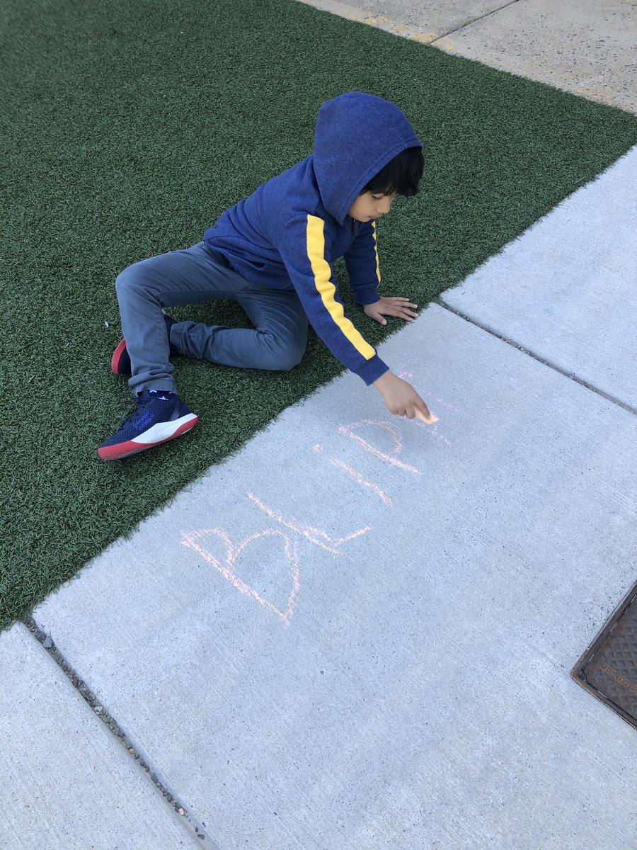 اسکول کی خصوصی سرگرمیوں کے آخری دن تک ہمارے الٹی گنتی کے مطابق طلباء فٹ پاتھ چاک کے ساتھ لکھتے ہیں! KWBStansel BarrettAPS #kwbpride https://t.co/feZxiA0UiI