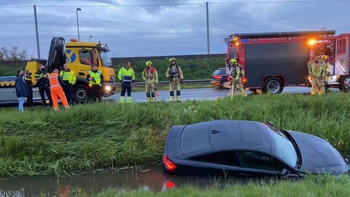 Auto te water aan de Wippolderlaan, waarschijnlijk als gevolg van aquaplaning, geen gewonden https://t.co/rzmOTyeKjP