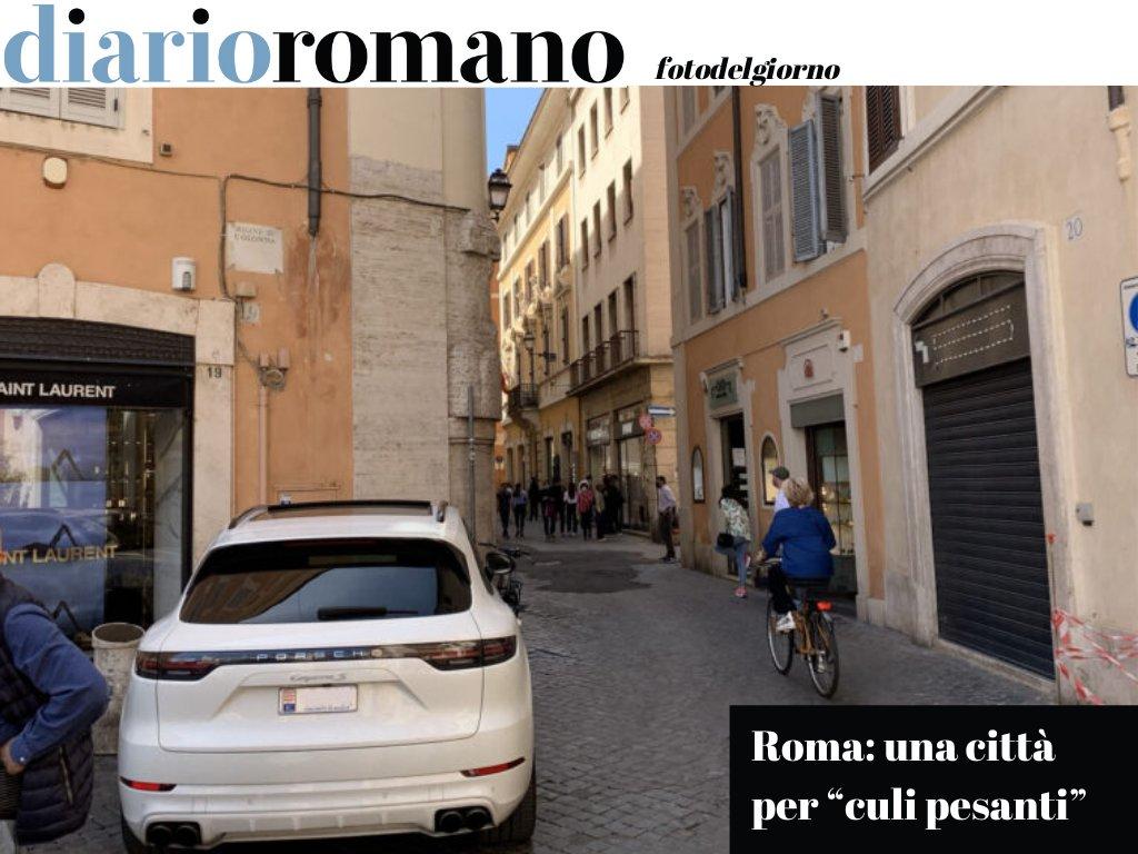 test Twitter Media - Che non ti fai l'aperitivo a piazza in Lucina appoggiando la tua Porsche dove capita, che tanto con quella targa non rischi proprio nulla? #Roma #fotodelgiorno https://t.co/GY44CrCGIY
