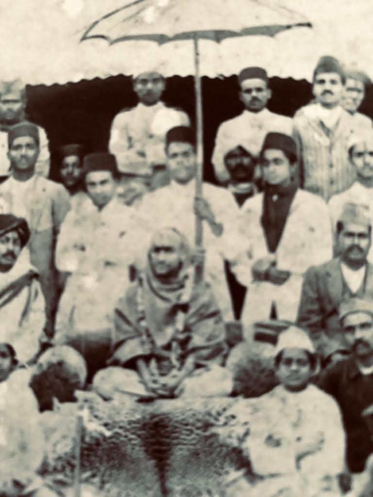 """Namaskar.14 May 1922 ko Shreemad Jagatguru Shree Shankaracharya Dr Kurtkoti Gangapur Peeth- Nasik Inhone mere parampujya pitaji ko """"Sangeet Ratna""""upaadhi se sammanit kiya tha.Hum apne aap ko bhaagyashaali samajhte hain ki aise divya pitaaji ki hum santaan hain."""