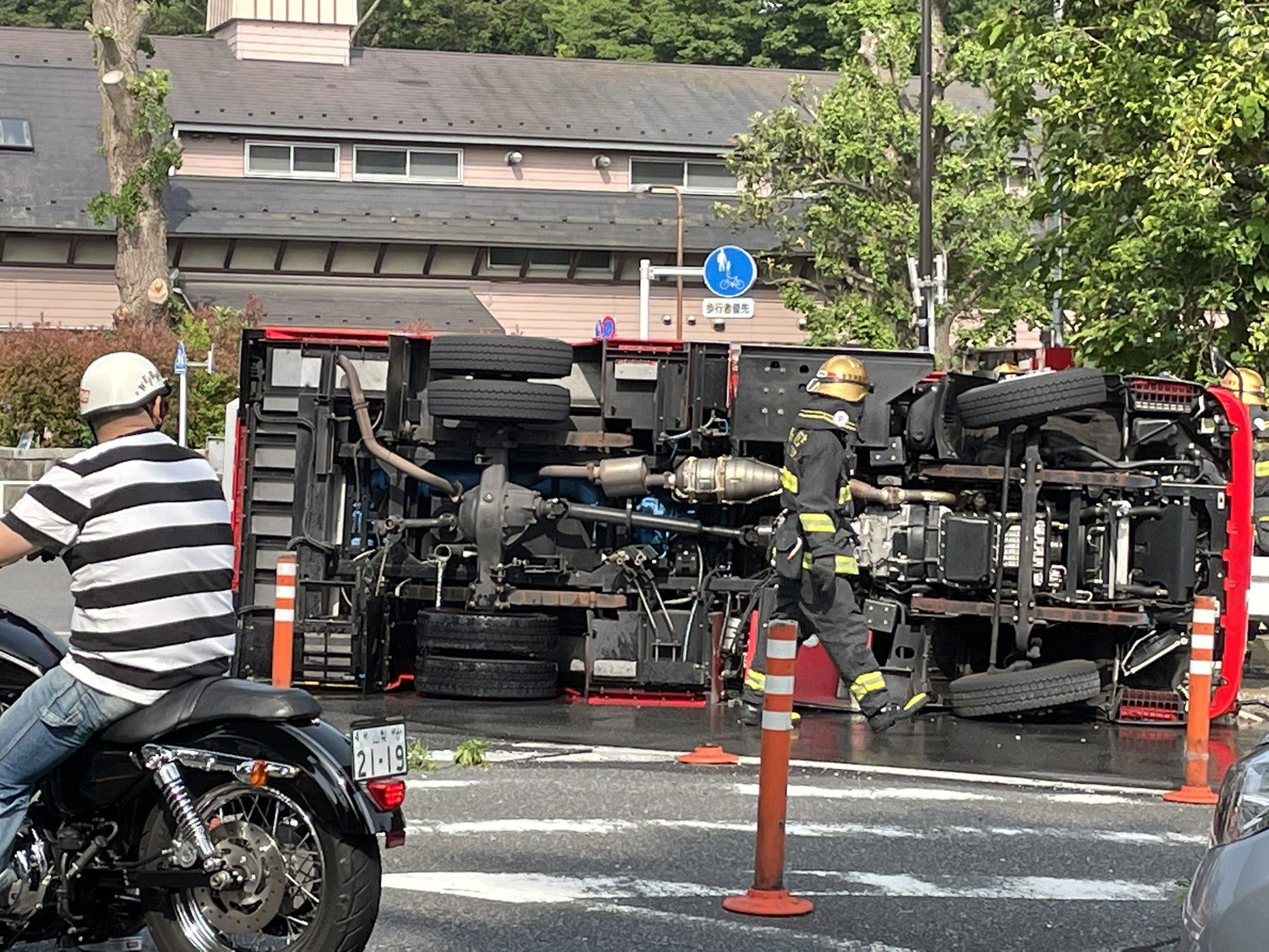 渋谷区代々木で消防車横転事故の画像