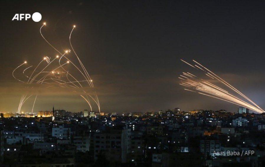 イスラエルでの空爆、画角に入る発射されるロケットと迎撃ミサイル・・・