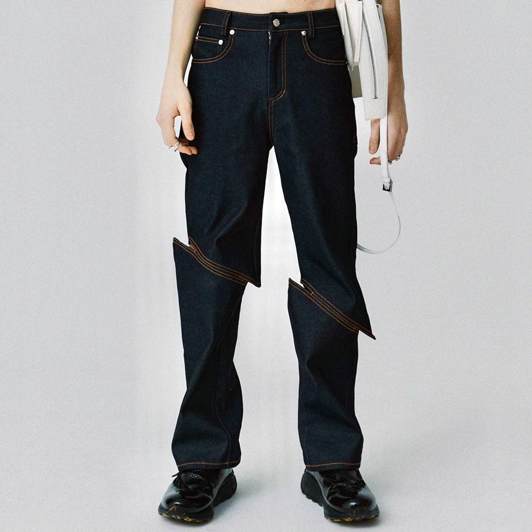 これ履いている人いたら驚くw。「斬られた瞬間」のようなジーンズ。