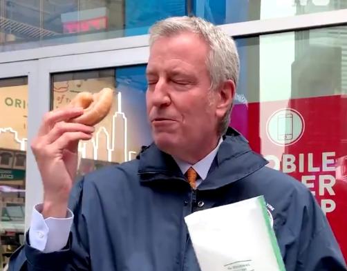 #Internacional | ¿Usted se vacunaría a cambio de recibir una hamburguesa con papas fritas gratis? 🍔🍟 Pues esa fue la oferta que dio a conocer el alcalde de #NewYork, como estrategia para que más ciudadanos se vacunen contra el #Covid19.   👉