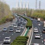 Image for the Tweet beginning: 中國汽車流通協會14日發布的報告顯示,隨着城市建設的快速發展,中國城鎮化水平將在現有基礎上繼續提高,新興的區域龍頭城市對人口和資源的虹吸效應將推動和促進城市汽車消費力和汽車保有量的進一步增長,預計到2021年底中國汽車保有量百萬量級城市將超過80個。