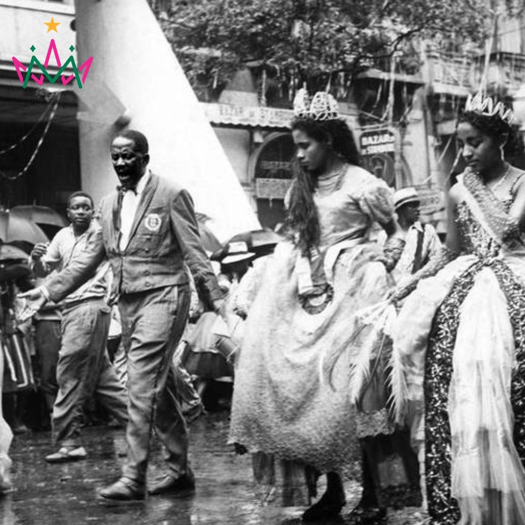 #tbt Anos 60. Mestre Jamelão conduz ritmistas e pastoras da Mangueira na Avenida Rio Branco.  Créditos: Acervo O Globo