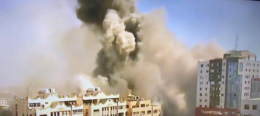 Ein israelischer Luftangriff zerstörte das Büro von Al Jazeera und AP und andren Medienorganisationen in Gaza, in Nakba Day.
