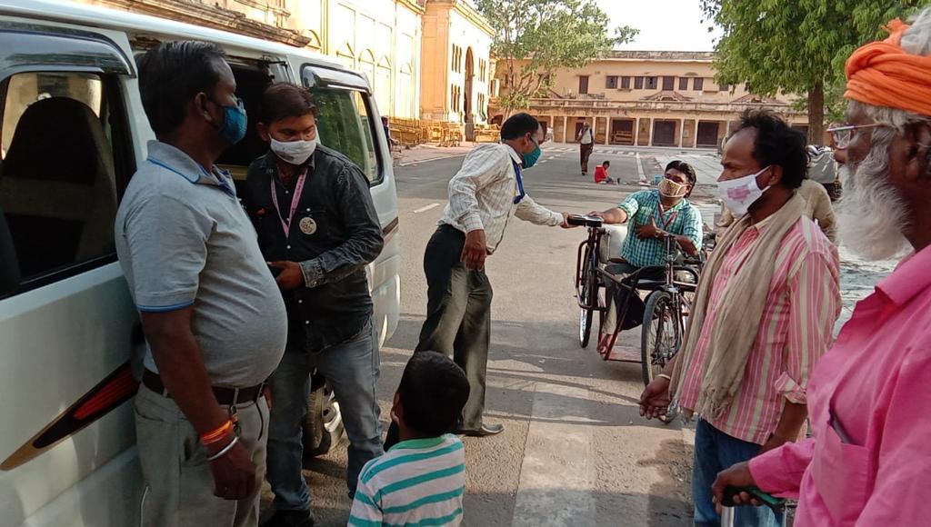"""जयपुर नगर निगम हेरिटेज द्वारा कोरोना महामारी के दौर में  'कोई भूखा न सोए"""" के संकल्प को लेकर निगम क्षेत्र में जरूरतमंद परिवारों को भोजन वितरण किया। #कोई_भी_भूखा_ना_सोए #Jaipurheritage #pinkcity #jaipur #nagarnigamjaipurheritage  #AvdheshMeenaIAS #IAS jaip https://t.co/usYBZsjmqx"""