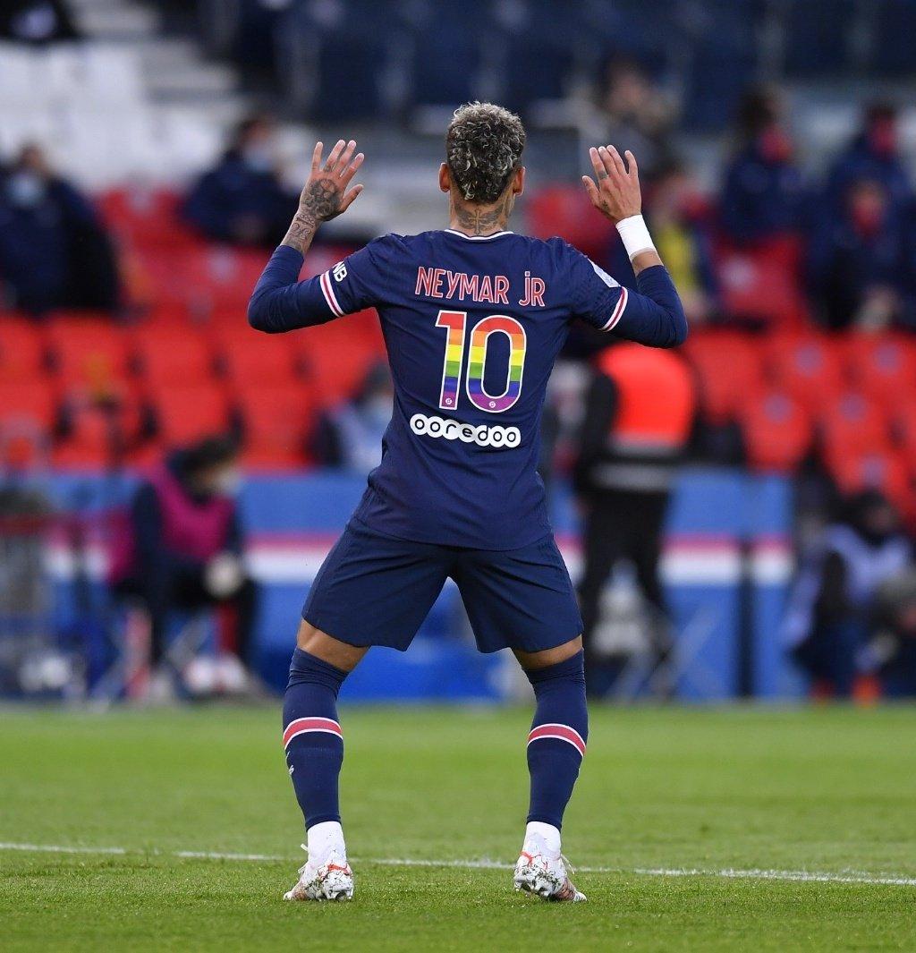O Gil do Vigor viu o NEYMAR e o time dele comemorando gol com o Tchaki Tchaki basicamente na mesma hora.  Imagina a cabeça dele! O Gil merece demais. https://t.co/acZYtAMXjS