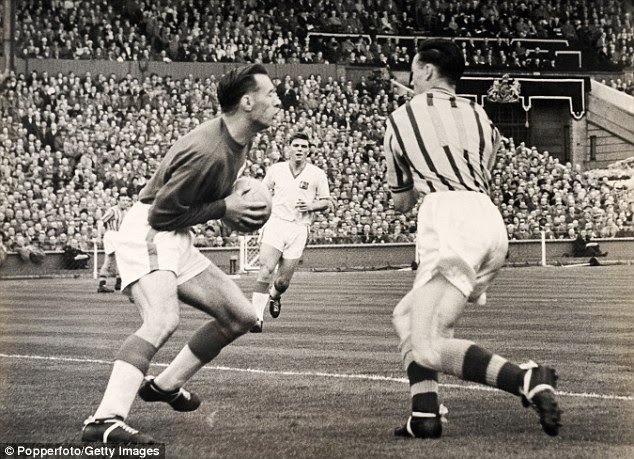 Peter McParlands 'challenge' on Ray Wood during the 57 FA Cup Final. Broke his jaw and Jackie Blanchflower ended up in goal #MUFC https://t.co/nPoqpSI3Ol