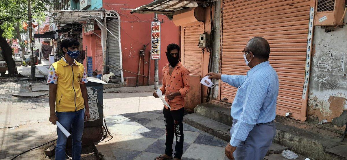 नगर निगम जयपुर हेरिटेज द्वारा कोरोना से बचाव हेतु आमजन को मास्क वितरण कर नागरिकों को मास्क का प्रयोग करने की अपील कर कोरोना के प्रति जागरूक किया गया।  #Jaipurheritage #pinkcity #jaipur #nagarnigamjaipurheritage https://t.co/qAea6svTBt