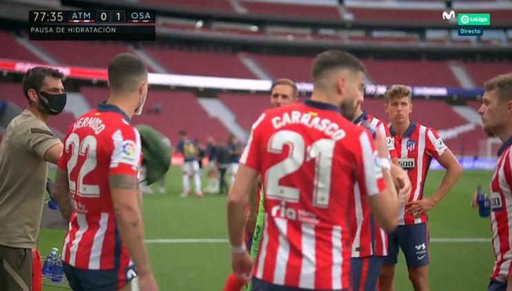 Los jugadores del Atlético, bebiendo agua en la pausa de hidratación.