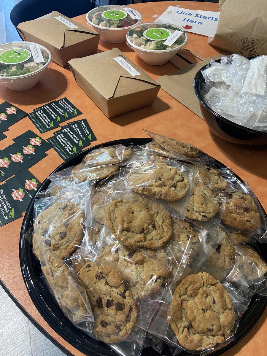 Thank you PTA and @eatatverde for this yummy lunch! Great start to Teacher Appreciation Week #shineonskimmers #teacherappreciationweek https://t.co/ZHPm5vmZpg