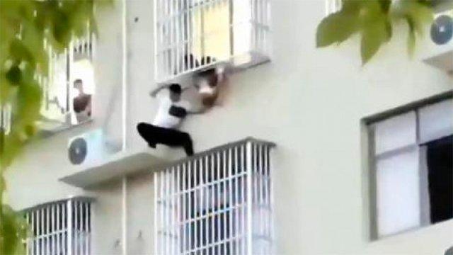 [Video] De terror: Hombre arriesgó su vida para salvar a niña que colgaba de un sexto piso #CooperativaEnCasa https://t.co/dvCqXvwcce https://t.co/czaqMmSBcY