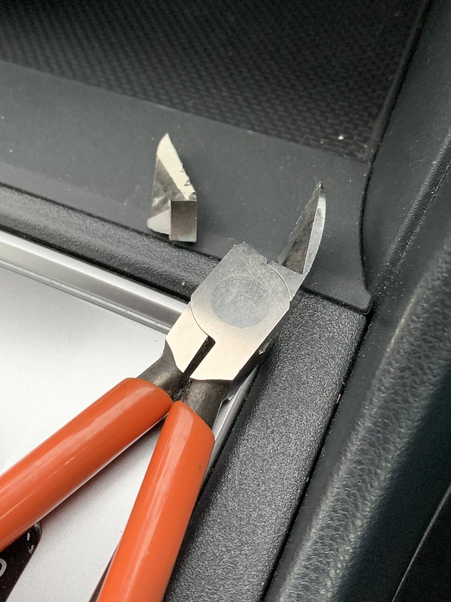 そうはならやろ、ニッパーの刃が根元から折れてしまう!