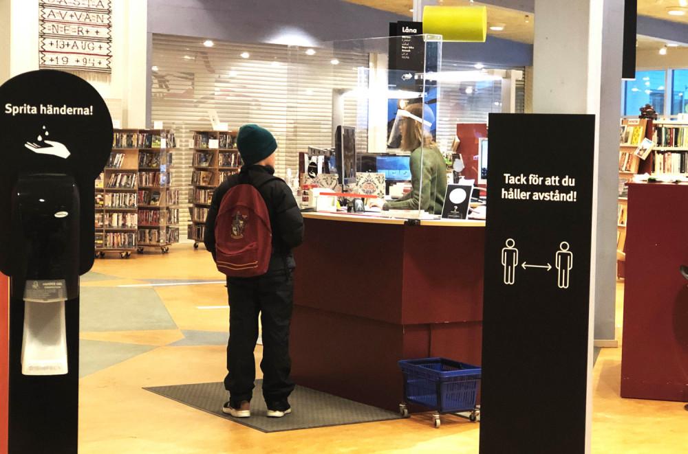 Stor ökning av e-boksutlåningen på folkbiblioteken. Och vid sjukhusbiblioteken ökade nedladdningen av forskningrapporter. Det är två slutsatser ur Sveriges biblioteksstatistik för pandemiåret 2020, som släpps i dag. #bibliotek  https://t.co/M3M4vzCSaC https://t.co/vGCIeiuE2v