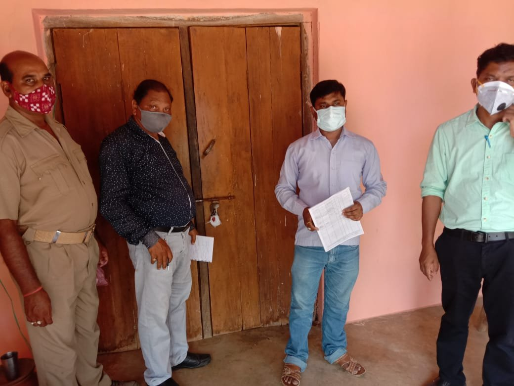 Bargaon Police and Tahsil staff sealed a fake clinic(Karunamayee medical) operating in Bargaon area. One individual from Pamra was practicing without any authentication. The fake doctor has been apprehended and legal action initiated. @DGPOdisha @odisha_police @CMO_Odisha https://t.co/Zt4KpaYYin