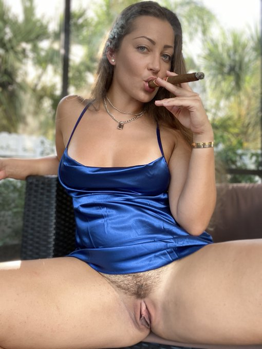 Cigar and BOOOOSSSHHH on my premium snapchat.  CLICK HERE to watch...it's FREE to try https://t.co/KEVbaRRt9c