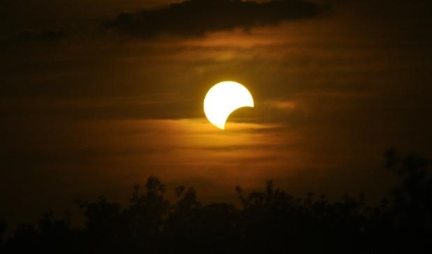 Zonverduistering op 10 juni bewonderen bij Zevenaarse sterrenwacht #zonsverduistering #eclips #coronaborealis #zevenaar -  https://t.co/sEilPDEQSs https://t.co/uhPAmBbJgC
