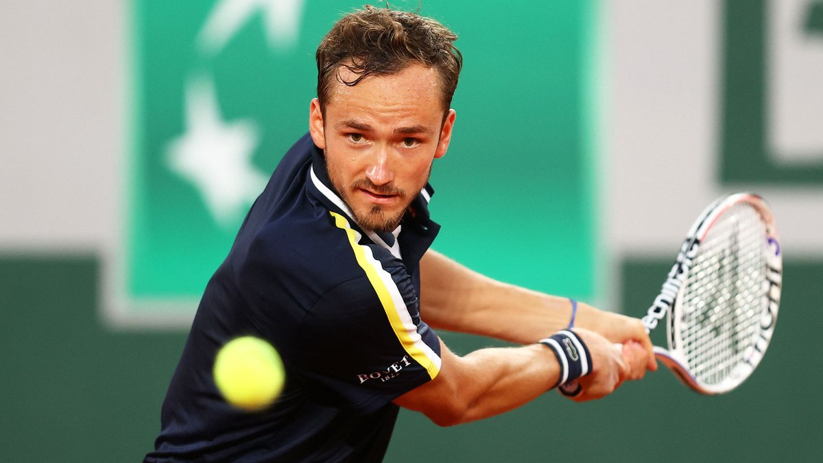 Closing out Day 4 with a flourish ✨  A strong finish from @DaniilMedwed as he moves into the third round with a 3-6, 6-1, 6-4, 6-3 win over Paul. #RolandGarros https://t.co/iF8t9RmHoP