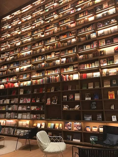 読書家の皆さん!どちらがお好きですか??本に囲まれる生活、憧れますよね!