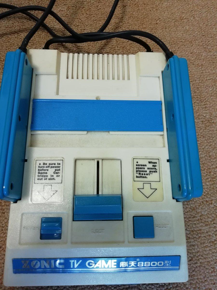 これは希少?青色のファミコンみたいなゲーム機、貴重な資料かも?