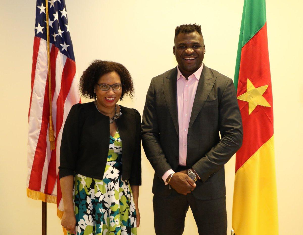 La Chargée d'Affaires a.i. Vernelle Trim Fitzpatrick a accueilli le champion poids lourd de l'@ufc @francis_ngannou lors de sa visite à l'ambassade des 🇨🇲 ! Sa persévérance, son travail acharné et ses efforts pour redonner à la communauté sont une inspiration pour nous tous. https://t.co/rzz6RzzFxe