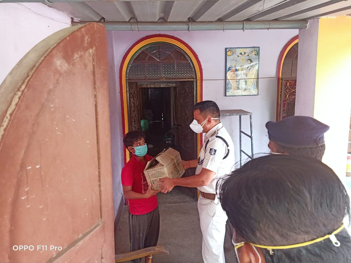 On receiving an SOS call last night regarding a family in distress with the mother passing away and father still COVID positive, Rajgangpur PS team reached out to the family in Kansbahal and ensured delivery of food and medicines. #TogetherForIndia @DGPOdisha @odisha_police https://t.co/koL37tb0fI
