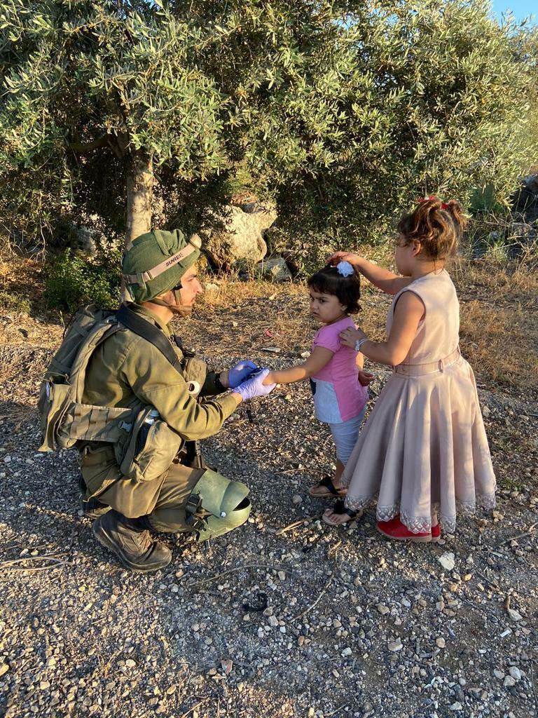 جندي يساعد طفلة فلسطينية في قلقيلية | جيش الدفاع الاسرائيلي هو جيش الانسانية