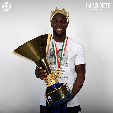 Romelu Lukaku dengan trofi Serie A Liga Italia 2020-2021