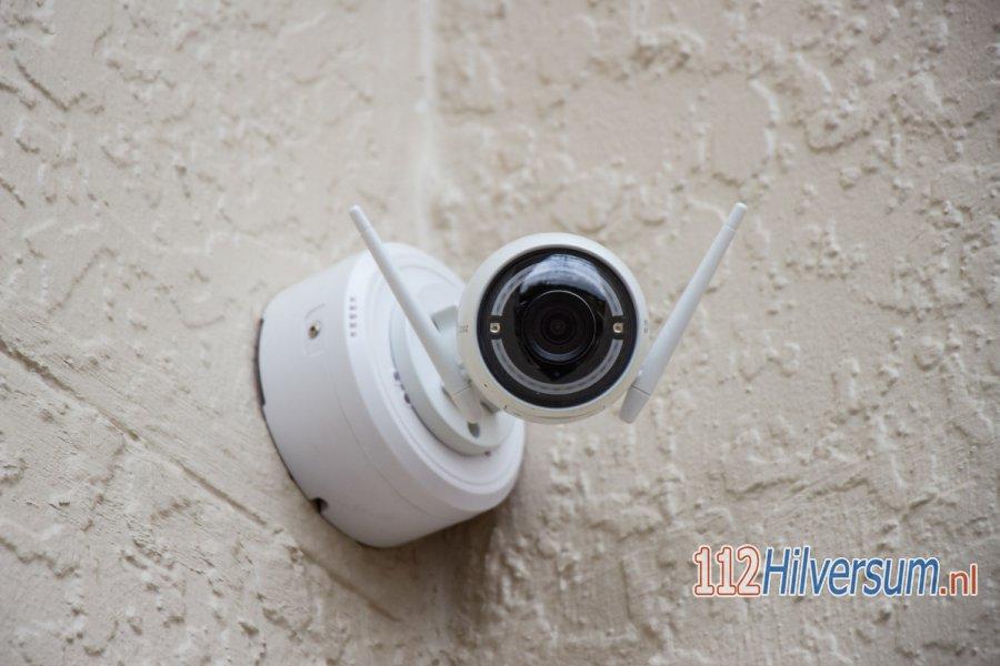 Explosief aangetroffen bij woning aan de Distelmeent, politie is op zoek naar camerabeelden. 112Hilversum.