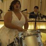 かっこよすぎる!自分の結婚式で鬼のドラムパフォーマンスを披露する花嫁w