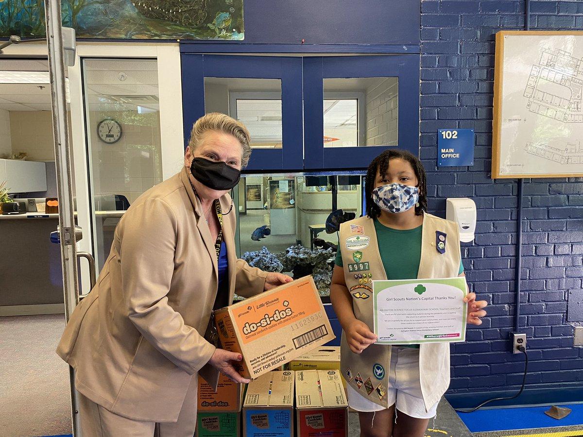 非常感謝@girlscouts部隊6997在@ArlingtonVA在ASFS期間這一流行病給學生的支持捐贈8案件餅乾的工作人員。 https://t.co/J2bNPQ4gHm
